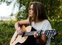 fille jouant de la guitare en exterieur