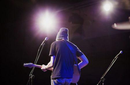 guitariste de dos lors d'un concert